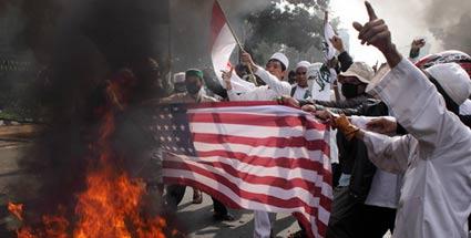 Und schon wieder brennt eine amerikanische Fahne