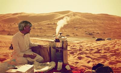 Angela Merkel kocht Kaffee in der Wüste